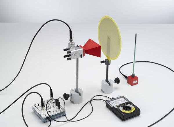 Feldverlauf und Polarisation von Mikrowellen vor einer Hornantenne