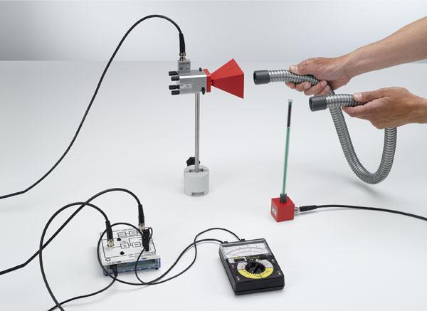 Qualitativer Nachweis der Führung von Mikrowellen durch eine flexible metallische Hohlleitung